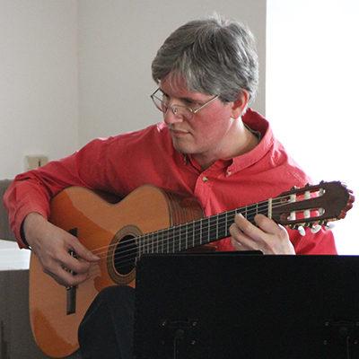 Damien Villela, professeur de guitare au stage de musique Accordissimo